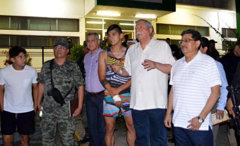 Alan Pulido (c) junto a autoridades tras recuperar su libertad.