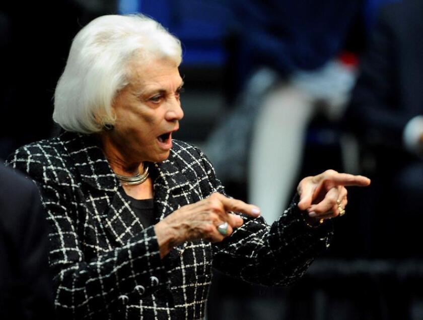 La exjueza del Tribunal Supremo, Sandra Day O'Connor, que fue primera mujer en acceder a esta corte, anunció hoy en una carta su retirada de la vida pública debido a que le han diagnosticado demencia. EFE/Archivo