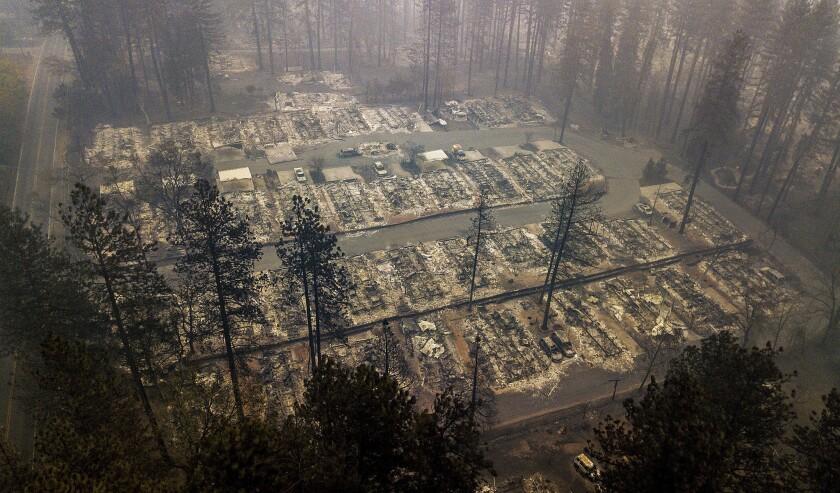 ARCHIVO - En esta fotografía de archivo del jueves 15 de noviembre de 2018, se observan residencias calcinadas por el fuego en Paradise, California. (AP Foto/Noah Berger, Archivo)