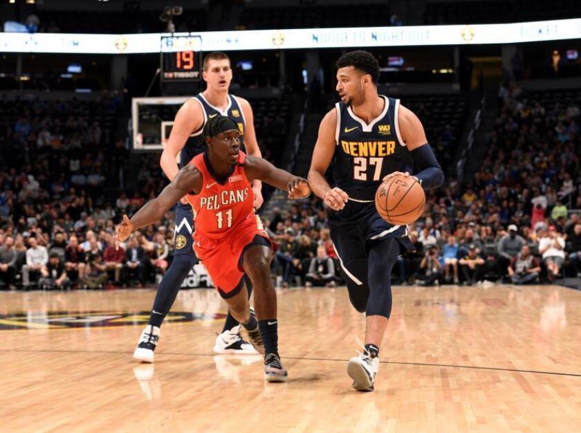 Jamal Murray (d) de los Denver Nuggets en acción ante Jrue Holiday (i) de los New Orleans Pelicans hoy, lunes 29 de octubre de 2018, durante un partido de baloncesto de la NBA, entre los Denver Nuggets y los New Orleans Pelicans, en el Pepsi Center de Denver (EE.UU.). EFE