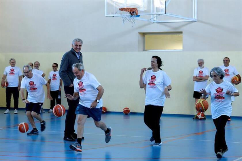 Personas mayores de 50 años jugando baloncesto para combatir el sedentarismo. EFE/Archivo