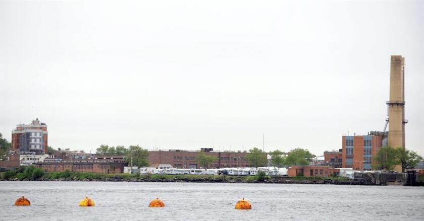 El alcalde de Nueva York, Bill de Blasio, y el Concejo de la ciudad anunciaron hoy un acuerdo como parte de los planes para cerrar la controvertida cárcel municipal de Riker's Island, una de las más grandes y peligrosas del país. EFE/ARCHIVO