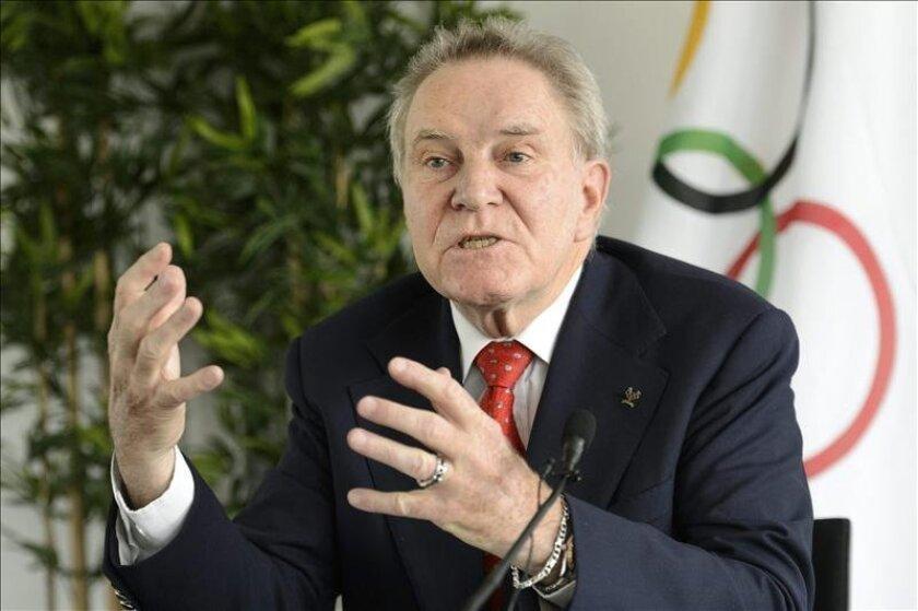 El candidato a la presidencia del Comité Olímpico Internacional (COI), el suizo Denis Oswald, durante una rueda de prensa hoy en Lausana, Suiza. EFE