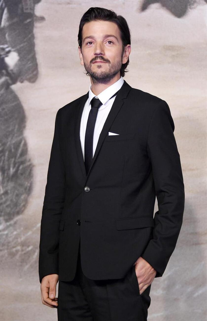 El actor mexicano Diego Luna posa a su llegada hoy, martes 13 de diciembre de 2016, al estreno de la película Rogue One: Una historia de Star Wars, en el museo Tate Modern, en Londres (Reino Unido). EFE