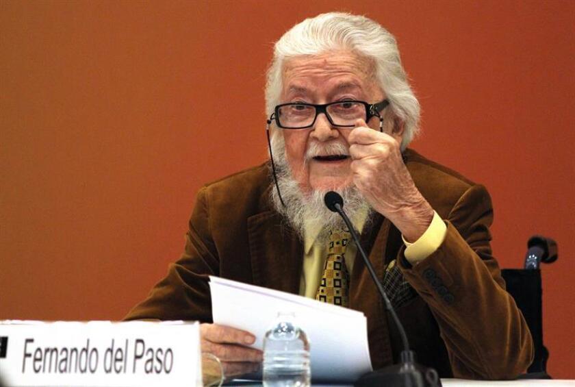"""Fernando del Paso fue elegido Premio Cervantes 2015 por """"la valentía en la creación y su arriesgada innovación"""" y no fue menos la valentía que mostró al recoger ese galardón, momento que aprovechó, pese a sus pocas fuerzas, para denunciar la situación de su querido México. EFE/ARCHIVO"""