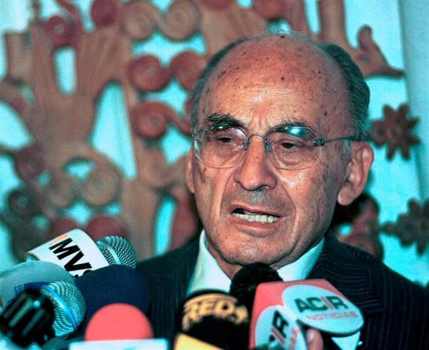 Fotografía de archivo que muestra al expresidente de México Luis Echeverria Álvarez, mientras habla durante una rueda de prensa, en Ciudad de México (México). EFE/Archivo