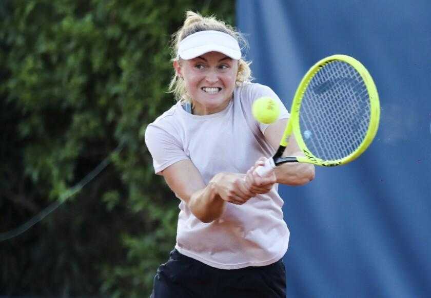 La bielorrusa Aljaksandra Sasnovich devuelve el tiro de la italiana Jasmine Paolini durante su partido del Abierto de Palermo, el miércoles 5 de agosto de 2020, en Palermo, Italia. (Palermo Ladies Open via AP)