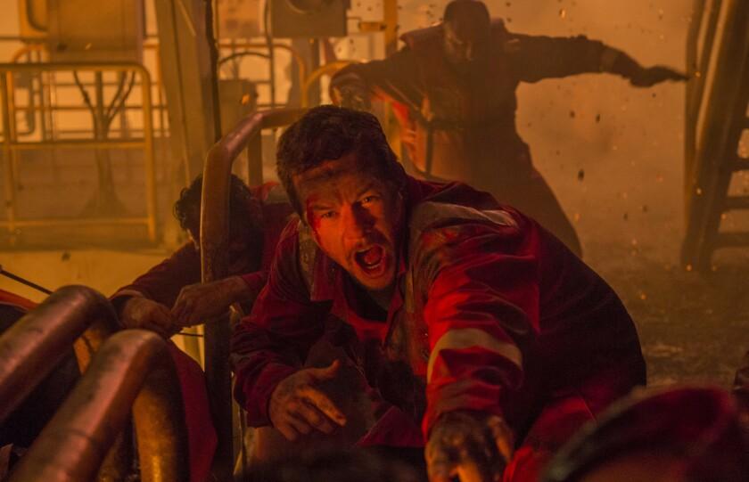 """En esta escena de la cinta """"Deepwater Horizon"""", Mark Wahlberg aparece en medio del incendio que azotó a una plataforma petrolera en el 2010."""