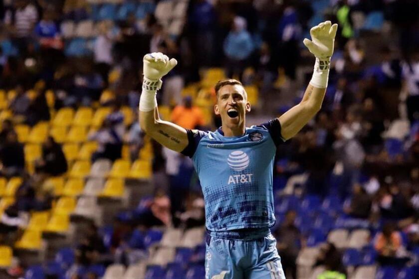 El guardameta Nicolás Vikonis de Puebla festeja una anotación de su equipo ante Pumas durante el juego correspondiente a la jornada 11 del torneo mexicano de fútbol disputado este viernes en el estadio Cuauhtémoc, en Puebla (México). EFE