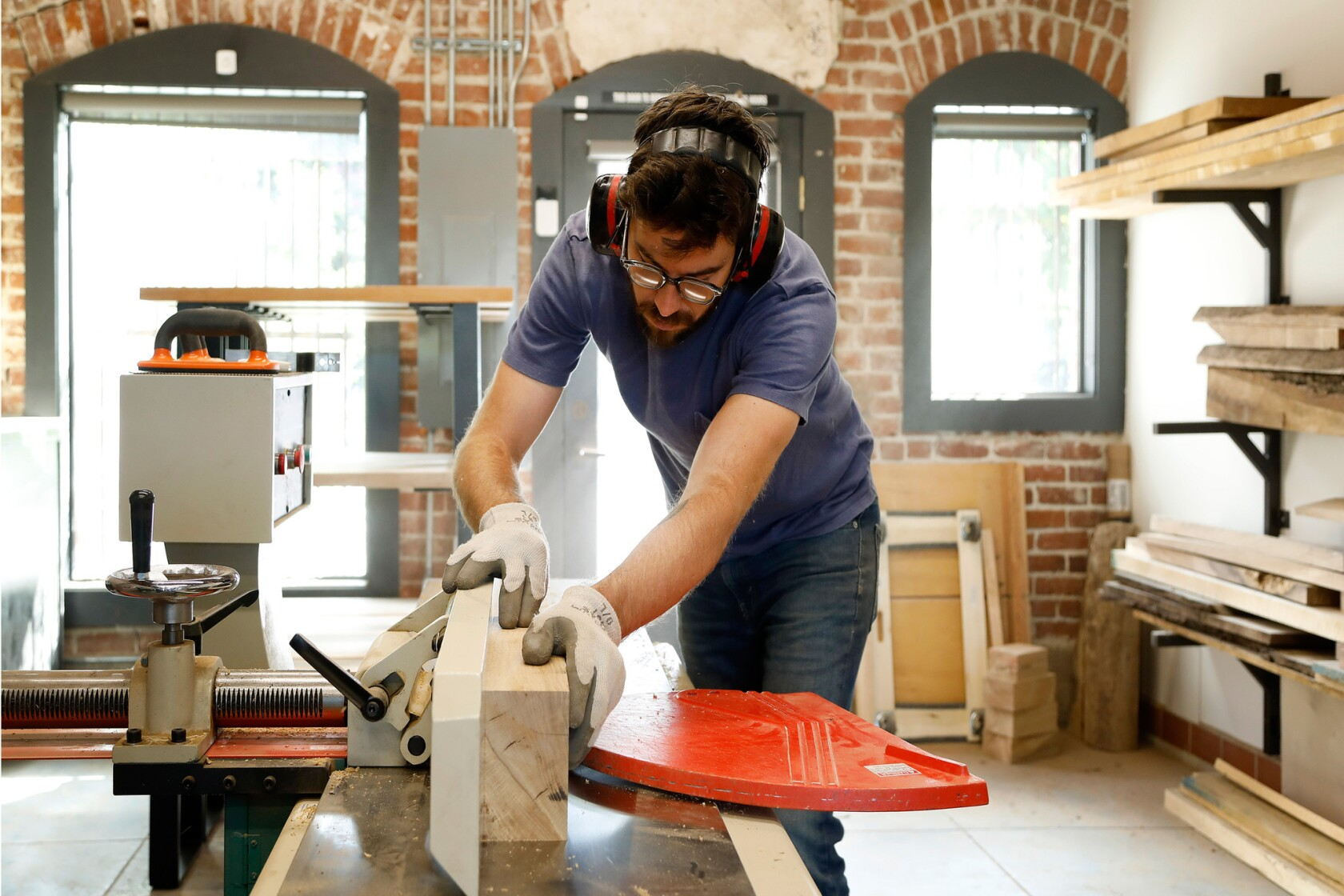 Makers After Two Years Spent Working In His Garage A Woodworker Distinguishes Himself Los Angeles Times