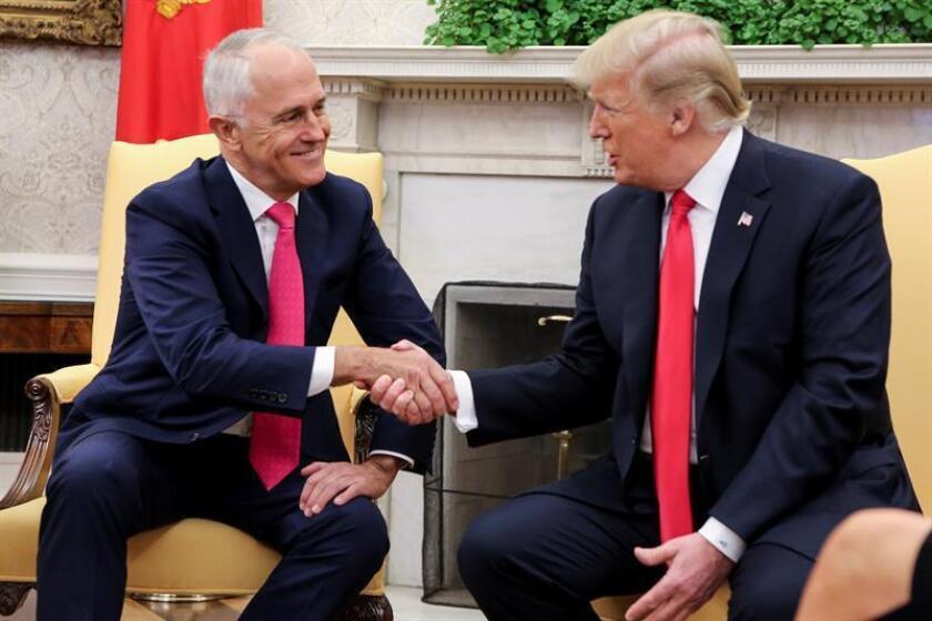 El presidente de Estados Unidos, Donald J. Trump (d),estrecha la mano del primer ministro de Australia, Malcolm Turnbull (i), durante su reunión en el despacho Oval de la Casa Blanca en Washington DC, Estados Unidos, hoy, 23 de febrero de 2018. EFE / POOL
