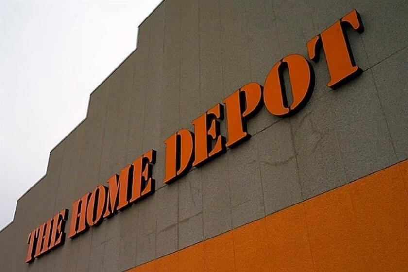 Home Depot, la mayor cadena de tiendas de bricolaje y reformas del hogar del mundo, ganó 8.777 millones de dólares en los primeros nueve meses de su año fiscal 2018, un 28,1 % más respecto la mismo periodo (febrero-octubre) de 2017, gracias al aumento de clientes del sector profesional y la pujanza del negocio digital. EFE/Archivo