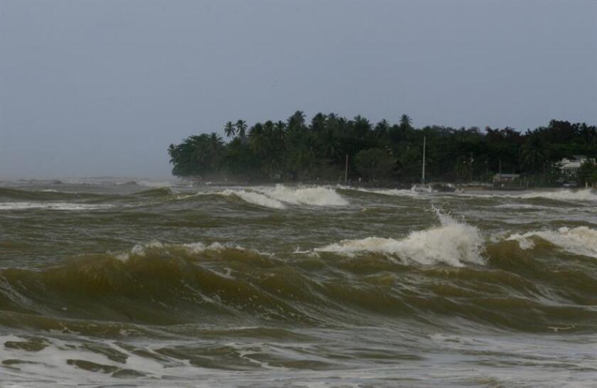 El Servicio Nacional de Meteorología emitió hoy un aviso de fuertes corrientes desde la costa noroeste de la isla en Aguadilla hasta San Juan hasta el martes a las 06.00 hora local. EFE/EPA/ARCHIVO