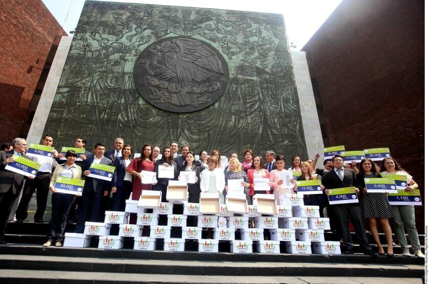 El Frente Nacional por la Familia (FNF) entregó a la Cámara de Diputados las 596 mil 453 firmas que reunieron en contra de la iniciativa de matrimonio igualitario que propuso el Presidente Enrique Peña Nieto.