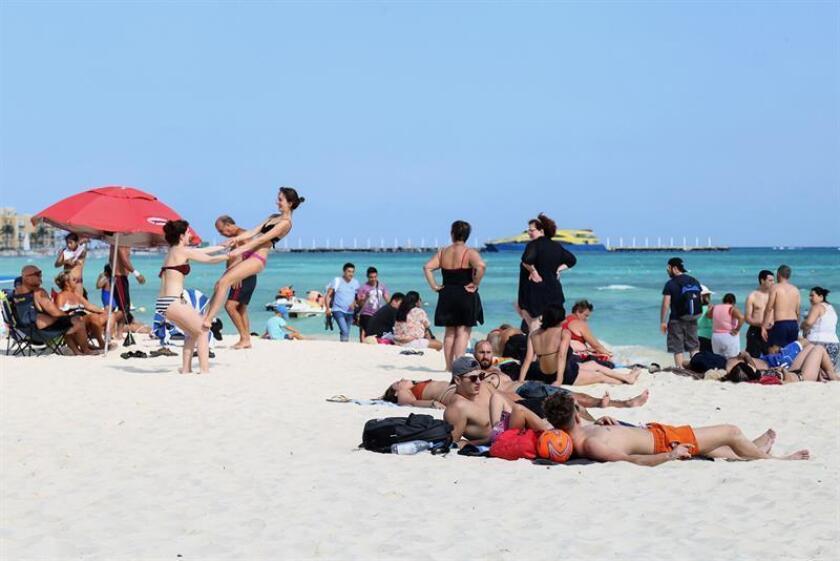Fotografía del 27 de diciembre de 2017, cedida por el Ayuntamiento de Solidaridad de Playa del Carmen, de turistas disfrutando de un día en una de las playas del estado de Quintana Roo (México). EFE/Ayuntamiento de Solidaridad de Playa del Carmen/SOLO USO EDITORIAL