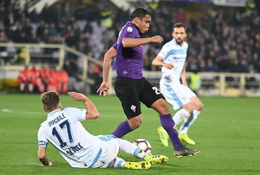 El jugador de la Fiorentina Luis Muriel (d) disputa un balón contra el jugador del Lazio Ciro Immobile (i), ayer durante un partido de la Serie A. EFE