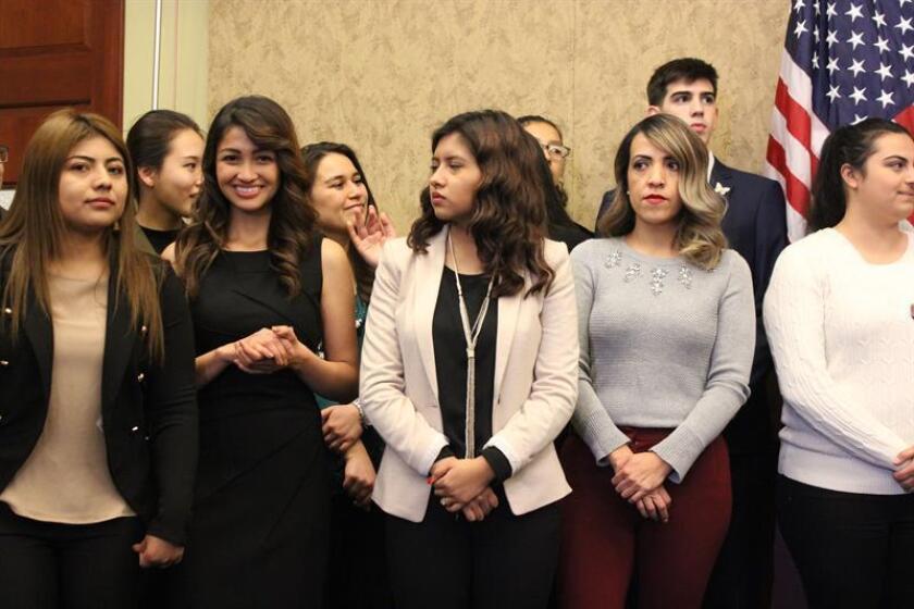 """Varios """"soñadores"""" invitados a asistir al discurso del Estado de la Nación del presidente Donald Trump, esperan momentos antes del inicio de una conferencia de prensa celebrada hoy, martes 30 de enero de 2018, en en el Capitolio en Washington, DC. EFE"""