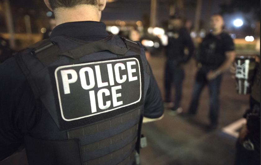 ICE no tiene obligación de informarle a la policía local que está realizando redadas.