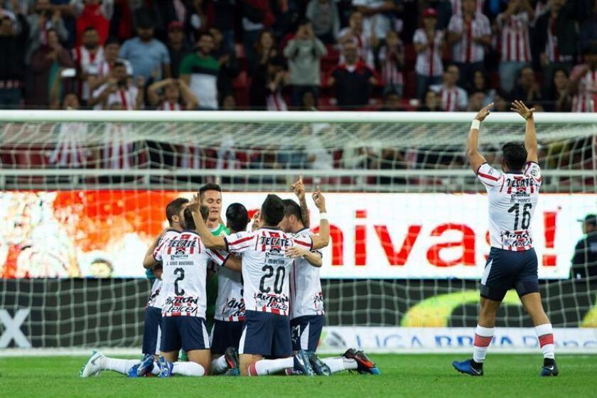 Jugadores de las Chivas de Guadalajara fueron registrados este domingo al celebrar un gol que le anotaron al Toluca, durante un partido de la jornada 3 del torneo mexicano de fútbol, en el estadio Akron de Guadalajara (México). EFE