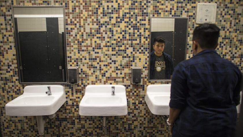 El estudiante transexual Alonzo Hernández, de 17 años, encabezó en 2016 el movimiento para obtener un baño de género neutral en Santee Education Complex. Después de ver el triunfo de Trump, el pasado martes, planea seguir luchando por sus derechos (Gina Ferazzi / Los Angeles Times).