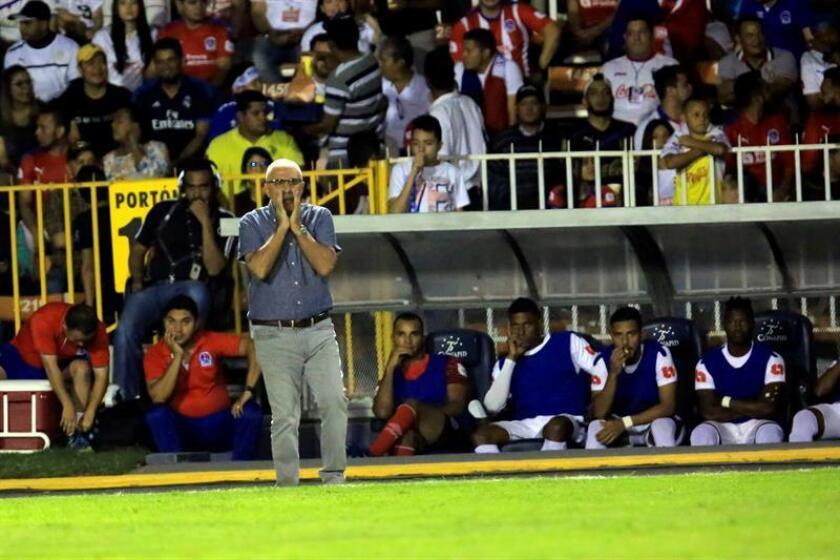 En la imagen, el entrenador uruguayo del Club Olimpia Manuel Keosseián. EFE/Archivo