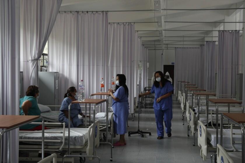 Pacientes con el coronavirus en distintas etapas de su recuperación en un pabellón de mujeres
