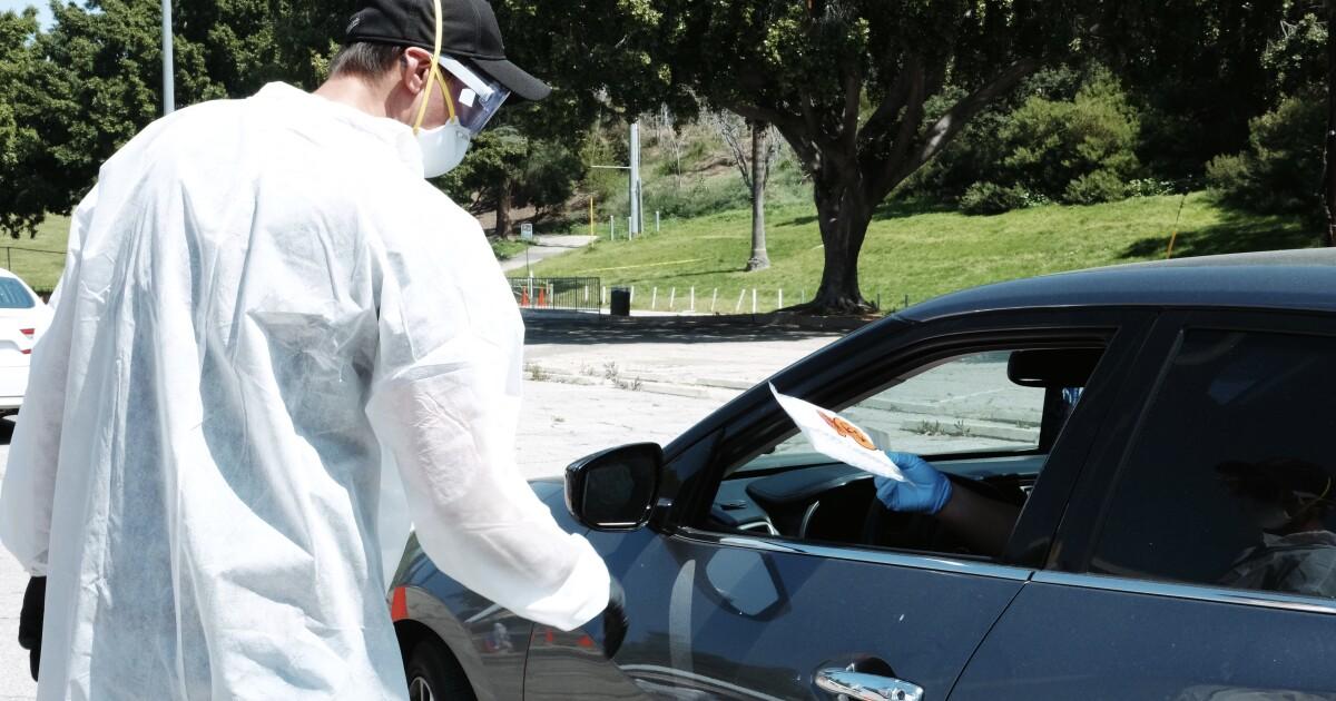 Sean Penn nirlaba meningkatkan COVID-19 upaya pengujian di Los Angeles