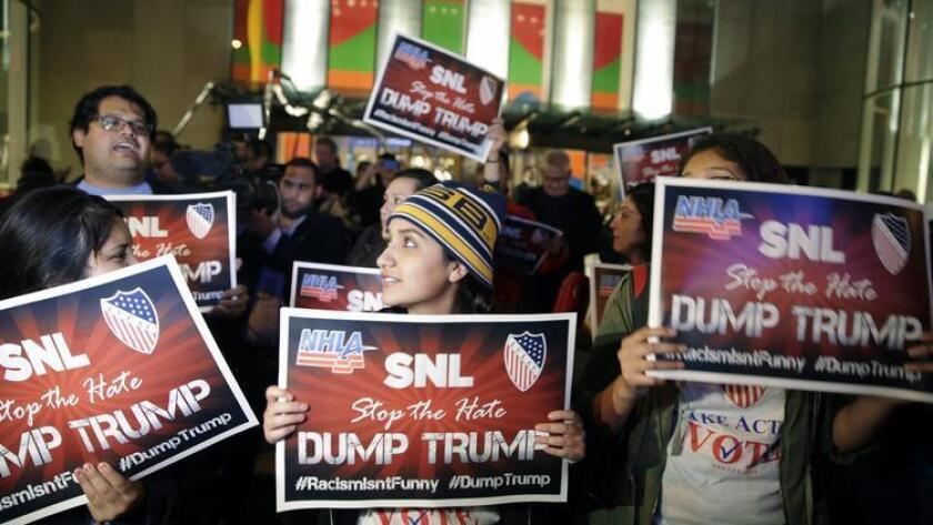 """Manifestantes opuestos a la presencia del candidato republicano Donald Trump en el show """"Saturday Night Live"""" llevan ha cabo un evento en New York.el 4 de noviembre del 2015."""
