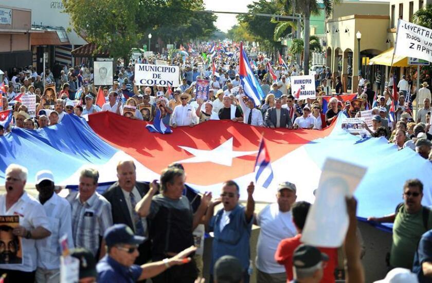 """Varios grupos del exilio cubano en Miami se manifestaron el jueves 24 de febrero 2011, en la emblemática Calle Ocho en Miami, reclamando la libertad de la isla, como parte de la celebración del 116 aniversario del comienzo de la Guerra de Independencia conocido como """"El grito de Baire"""". EFE/Archivo"""