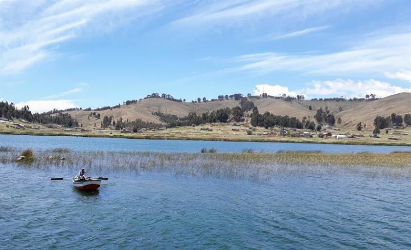 Vista del sector conocido como Santiago de Ojje, cerca de la frontera con Perú, hoy, martes 30 de octubre de 2018. La oferta turística del museo subacuático proyectado por el Gobierno boliviano en el Titicaca incluirá la posibilidad de bucear para ver de cerca las ruinas tiahuanacotas sumergidas en ese lago, compartido con Perú. EFE