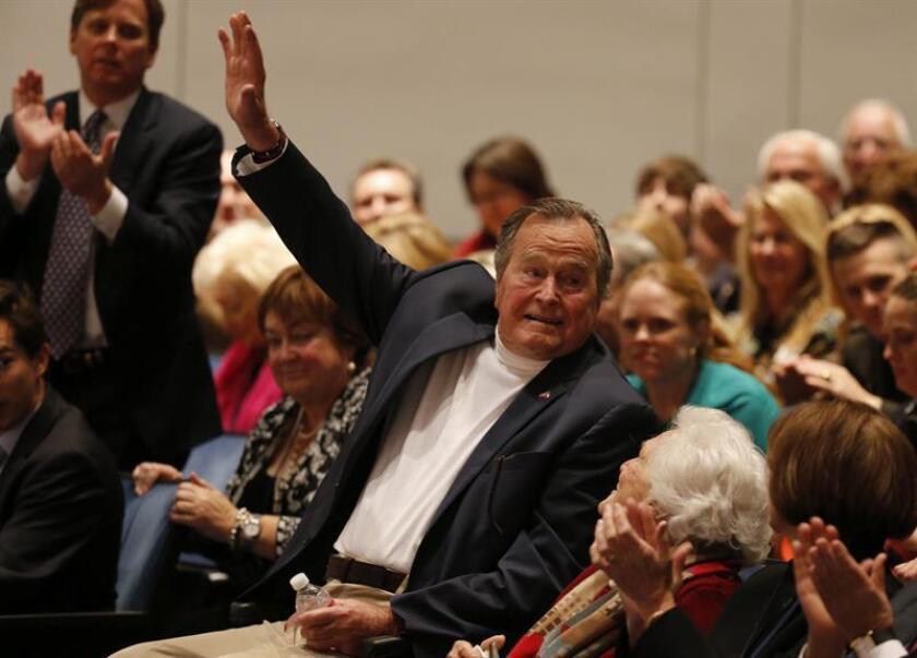 El expresidente George Bush padre (1989-1993) continua recuperándose tras abandonar este lunes la Unidad de Cuidados Intensivos (UCI) de un centro médico de Houston (Texas) y realiza ejercicios con los fisioterapeutas del hospital para recobrar la fuerza perdida durante su ingreso. EFE/ARCHIVO
