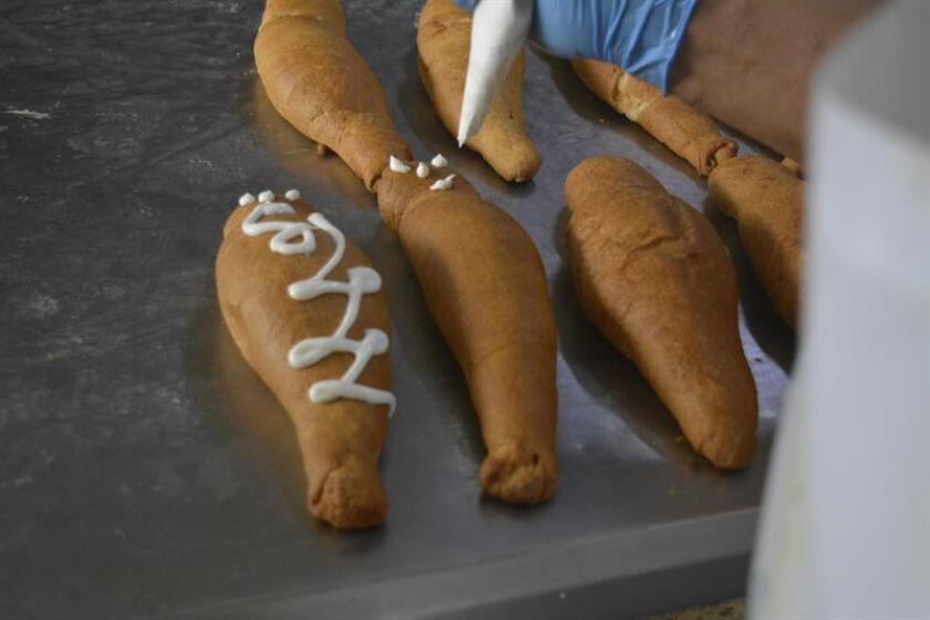 """Registro de la decoración de una de las tradicionales """"guaguas de pan"""", una de las más solicitadas recetas de panadería durante las festividades por el Día de Difuntos, en Quito (Ecuador). EFE"""