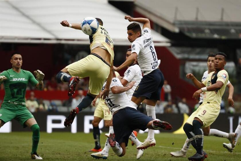 El jugador Guido Rodríguez (i) de América disputa el balón con Alan Mendoza (c) y Kevin Escamilla (d) de Pumas hoy, sábado 25 de agosto de 2018, durante el juego correspondiente a la jornada 7 del torneo mexicano de fútbol celebrado en el estadio Azteca de Ciudad de México (México). EFE