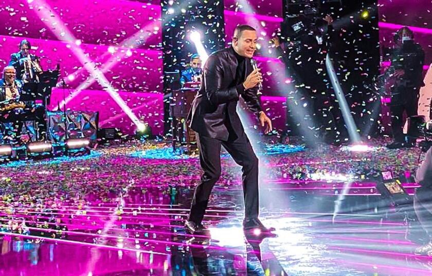 El cantante de salsa en la tarima del Latin Grammy.