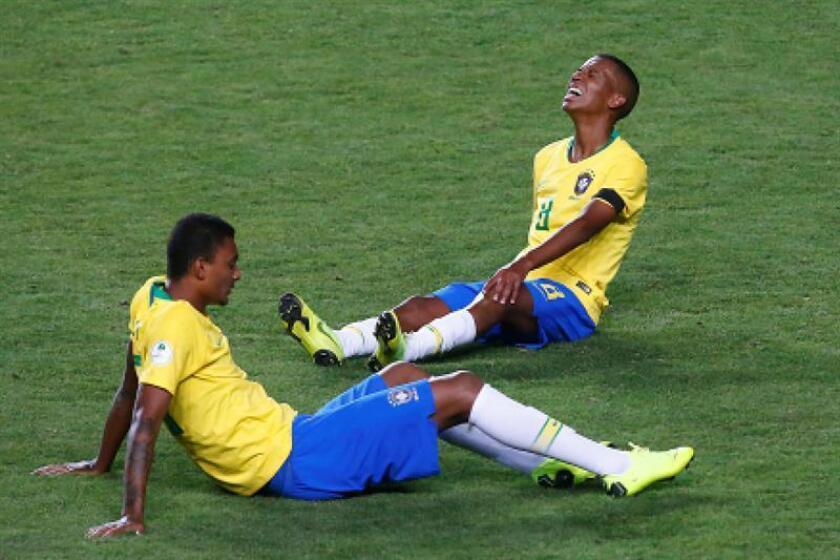 Jugadores de la selección brasileña de fútbol se lamentan durante un partido del campeonato Sudamericano sub'20 disputado en el estadio El Teniente en Rancagua (Chile). EFE
