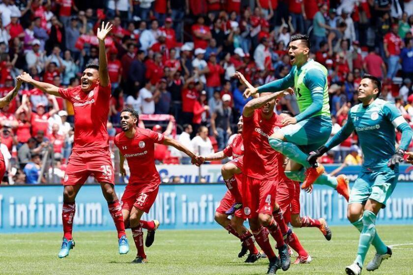Jugadores de Toluca festejan su triunfo ante Tigres hoy, domingo 8 de abril de 2018, durante el juego correspondiente a la jornada 14 del torneo mexicano de fútbol celebrado en el estadio Nemesio Diez en Ciudad de Toluca (México). EFE