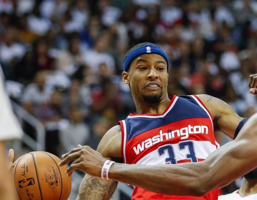 El jugador de Wizards Trey Burke (i) disputa el balón durante un partido por la NBA. EFE/Archivo