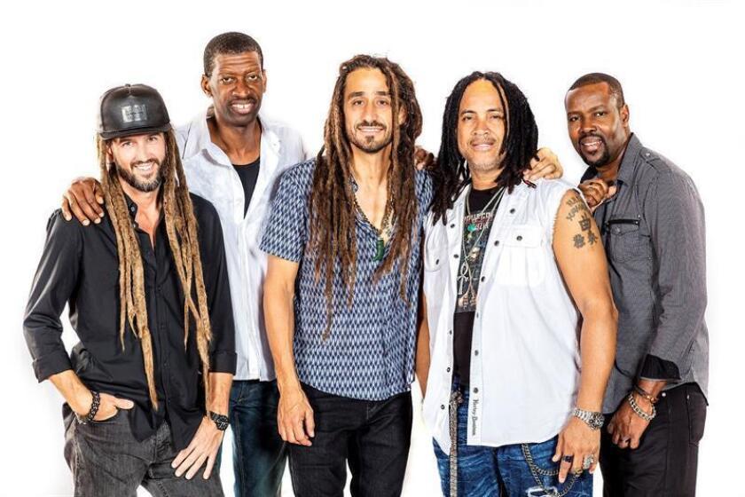 """Fotografía cedida donde aparecen los integrantes de la banda estadounidense """"Big Mountain"""" (i-d) Michael Ortiz, Richard """"Goofy"""" Campbell, Joaquin """"Quino"""" McWhinney, Paul """"Groove Galore"""" Kastick y Audley Chizzy Chisholm. """"Big Mountain"""", la banda estadounidense que hizo añicos las listas de éxitos en 1994 con su célebre versión del tema """"Baby, I Love Your Way"""", perteneciente a la banda sonora de la película """"Reality Bites"""", regresa con el tema """"Deportation Nation"""", dedicado a los inmigrantes indocumentados. EFE/Sagara Lakmal De Mel/SOLO USO EDITORIAL/NO VENTAS"""