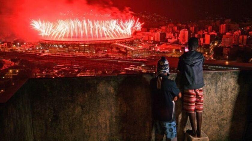 Las dos caras de Río. Unos niños observan desde una favela los fuegos artificiales de la ceremonia de clausura de las Olimpiadas de 2016.