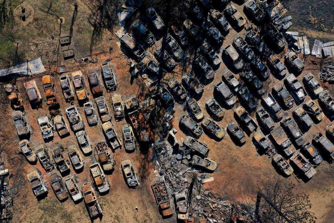 Eine Luftaufnahme von verbrannten Autos
