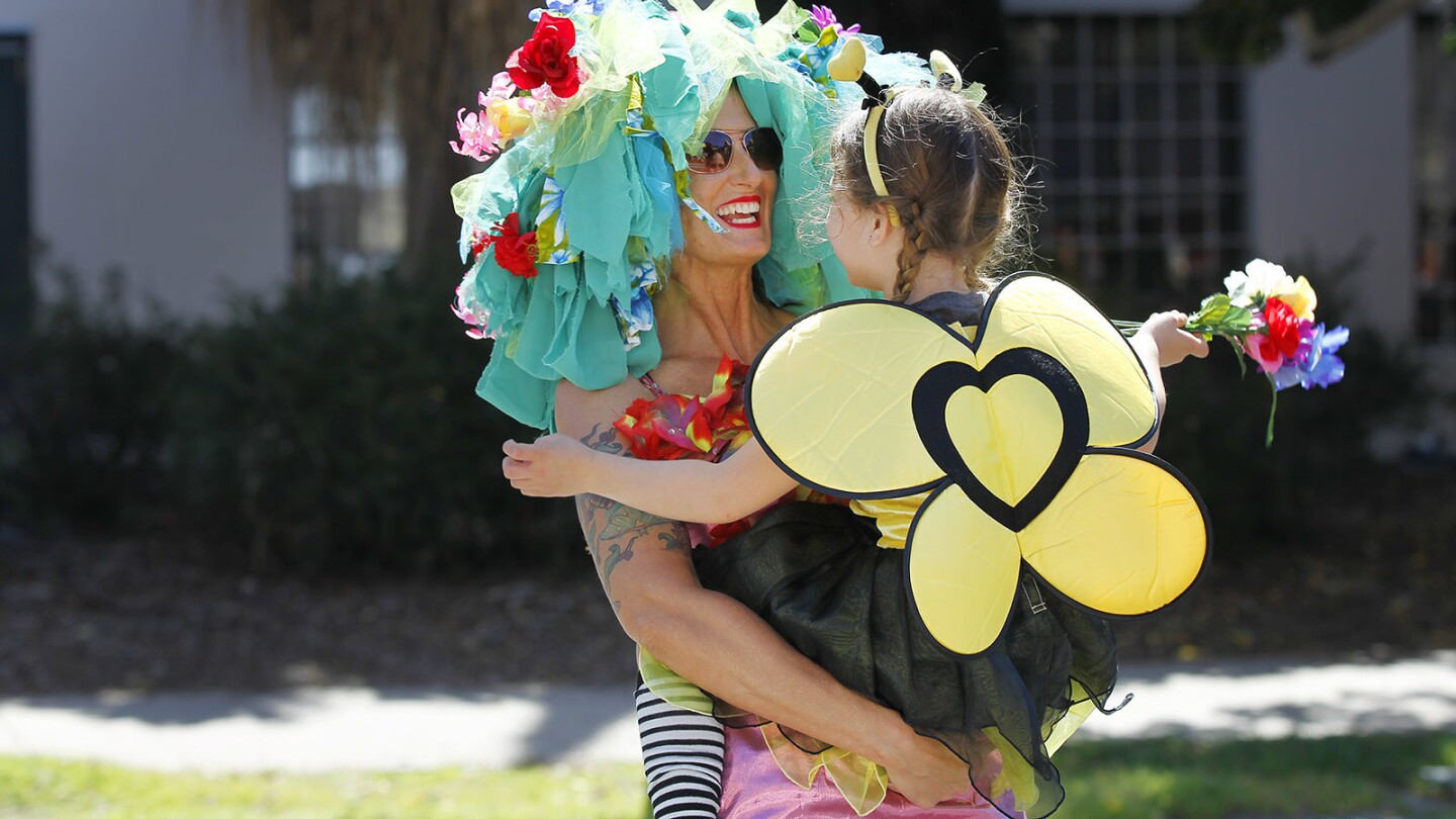 Jenny Sabato and her daughter Lilly Jane Kraus, 5, promoted saving the bees during the Earth Day parade at the 29th Annual EarthFair in Balboa Park on April 22, 2018. (Photo by K.C. Alfred/ San Diego Union -Tribune)