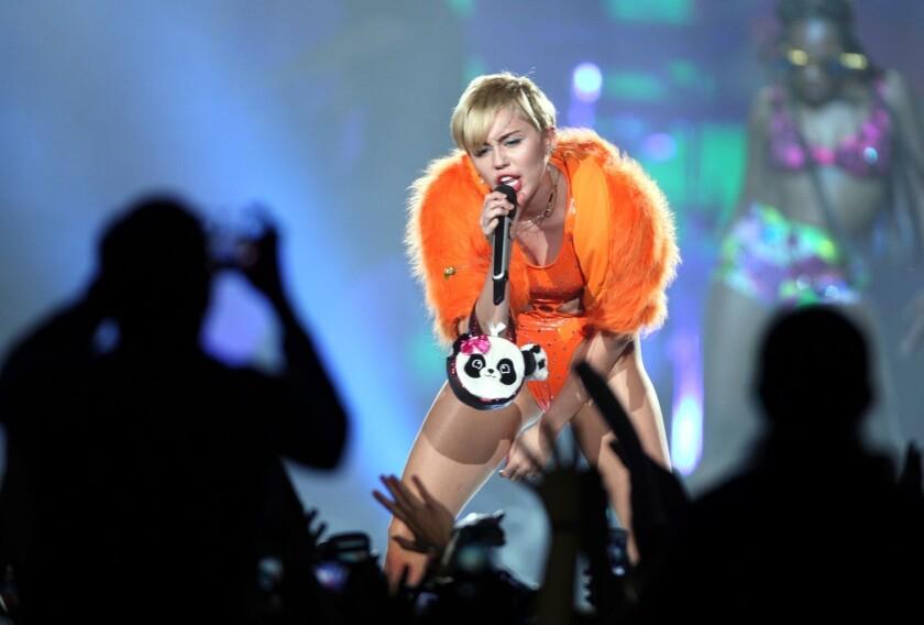 """""""Bueno, lo que dijo ese imbécil... es totalmente falso y una total tontería. Ella está jodidamente bien"""", respondió la cantante Miley Cyrus."""