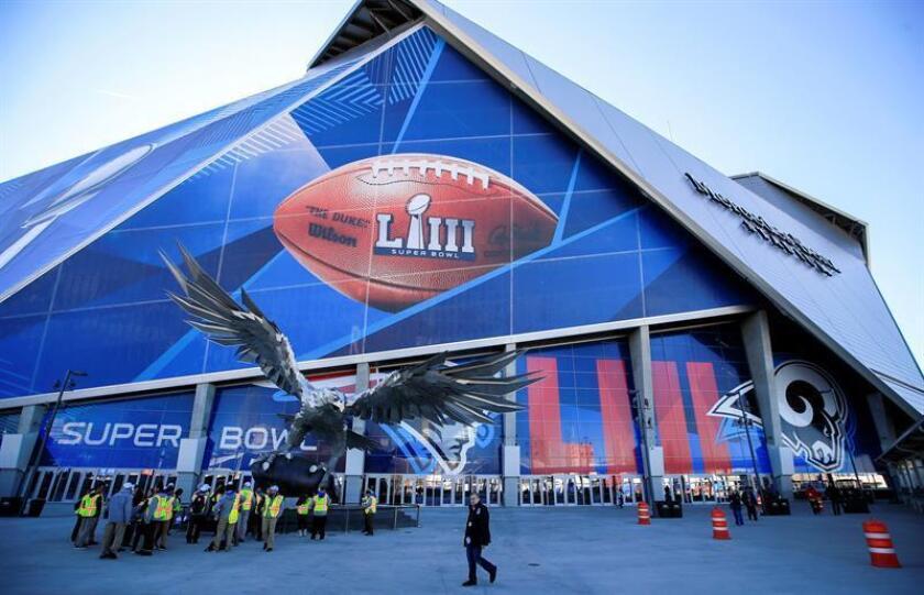 Trabajadores se reúnen junto a un halcón de metal afuera del estadio Mercedez-Benz Stadium este jueves en Atlanta (EEUU). La edición 53 del Super Bowl enfrentará a New England Patriots y NFC Champion Los Angeles Rams este 3 de febrero en el estadio Mercedes-Benz. EFE