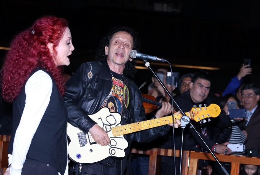 Alex Lora, líder indiscutible del grupo El Tri, al lado de su 'domadora' Chela.