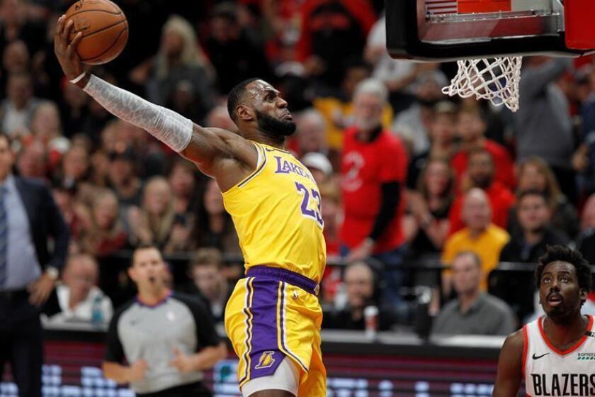 El alero de los Lakers LeBron James (c) en acción durante un partido de la NBA. EFE/Archivo