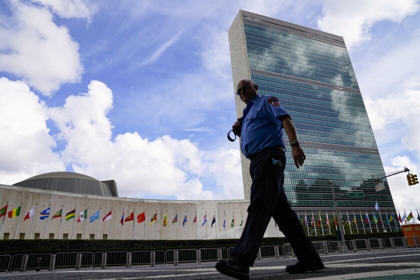 Un elemento del Departamento de Bomberos de Nueva York a las afueras de la oficina central de Naciones Unidas