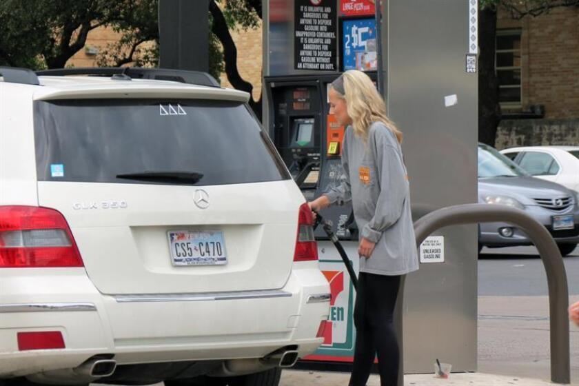 Una mujer suministra gasolina a su carro en una estación en Austin (Texas, EE.UU.). EFE/Archivo