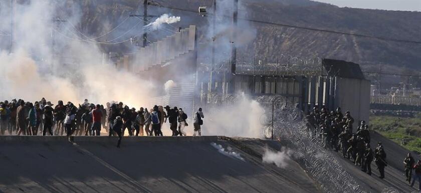 """El presidente de EE.UU., Donald Trump, amenazó hoy con el cierre """"permanente"""" de la frontera de México y defendió el uso de gas lacrimógeno este domingo cuando cientos de inmigrantes pretendían entrar a la fuerza al país tras abrir una brecha en la barda fronteriza en San Diego (California). EFE/ARCHIVO"""