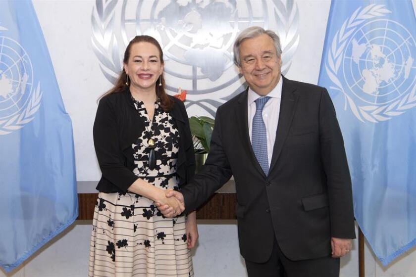 Fotografía cedida por la ONU, donde aparece su secretario general, António Guterres (d), mientras camina junto a la presidenta electa del 73º período de sesiones de la Asamblea General, la ecuatoriana María Fernanda Espinosa (i), hacia una reunión hoy, miércoles 11 de julio de 2018, en la sede del organismo en Nueva York (EE.UU.). EFE/Eskinder Debebe/ONU/SOLO USO EDITORIAL/NO VENTAS