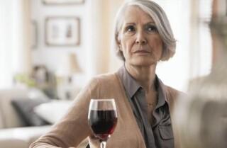 Mujeres mayores están ingiriendo más alcohol